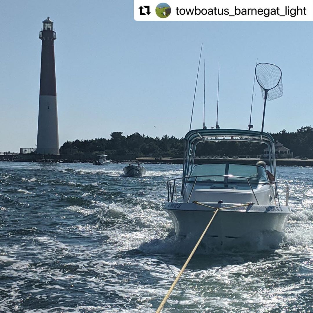 LBI    ・・・ Towboat  inbound Barnegat inlet with a 21' Aquasport.  Everyone have a sa…