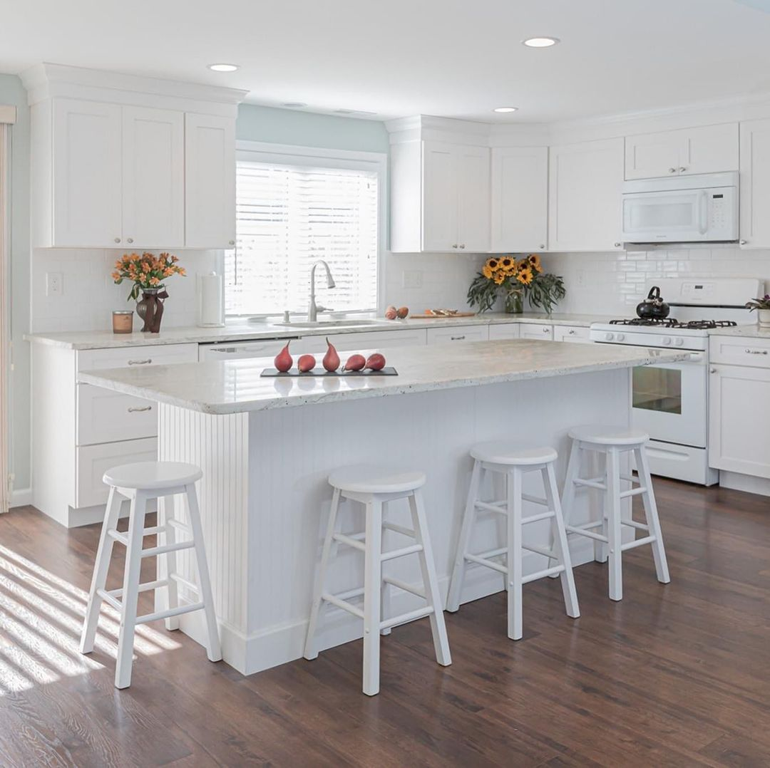 Read more about the article LBI A classic, white kitchen is always welcoming, no matter what the weather!  Let u…