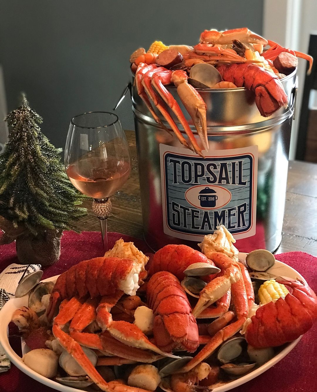 LBI How cute is this little holiday dinner?! Whether you're hungry (like we are), or…