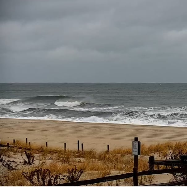 Read more about the article LBI SURF REPORT  Winds are from the NNE at 20-26mph setting up textured bumpy faces …